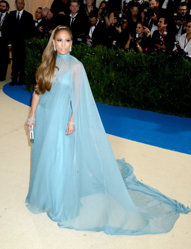 Jennifer-Lopez-en-robe-Valentino_portrait_w674
